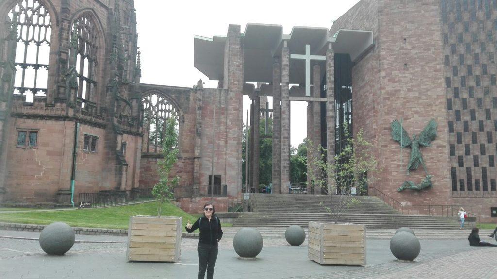 Menchu en la Catedral antigüa de Coventry