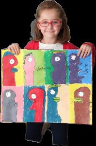 foto de una niña con dibujo realizado en un campamento de verano