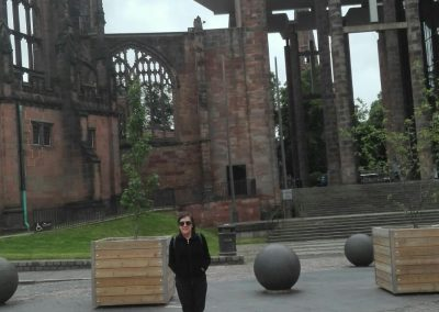 Menchu, detrás la Catedral antigüa en Coventry